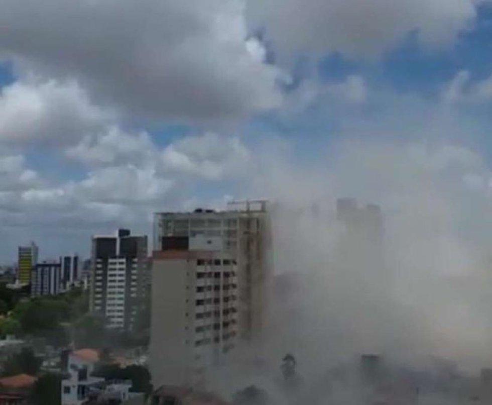 ão há ainda informações oficiais de número de mortos ou feridos pelo Corpo de Bombeiros do Ceará, mas o Hospital Instituto Doutor José Frota se prepara para receber eventuais vítimas. Na imagem, a nuvem de poeira levantada pelo desabamento.