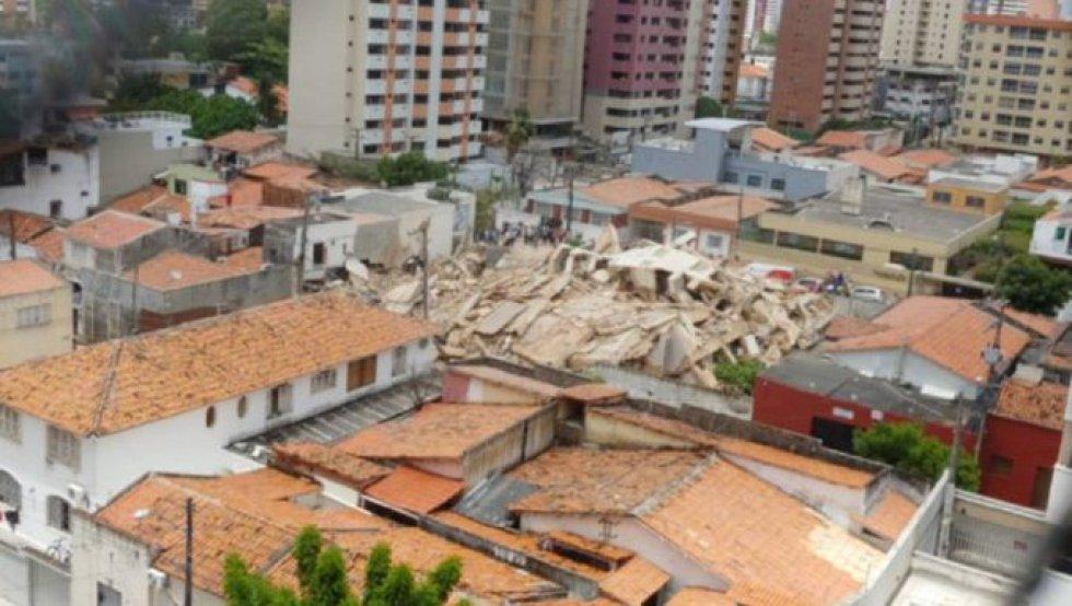 Testemunhas e vizinhos afirmam que viram pessoas dentro do prédio no momento do desabamento. Na imagem, os escombros de edifício.