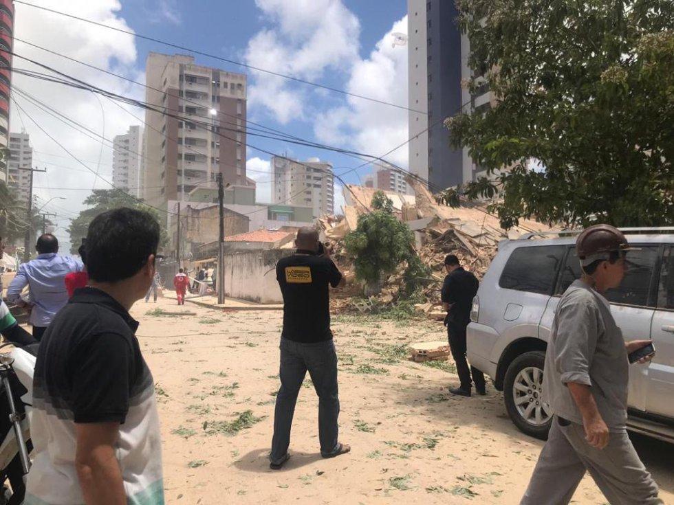 O Corpo de Bombeiros orientou que todos os moradores da região deixem suas residências porque ainda há risco de explosões por conta de um vazamento de gás e também de choque elétrico.
