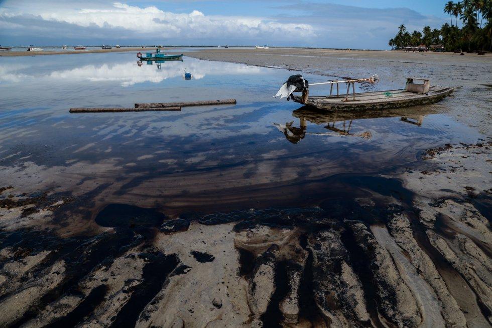 A tradicional jangada, usada por pescadores e turistas ficou presa na praia ocupada pelo óleo. Praia dos Carneiros, Tamandaré, Pernambuco.