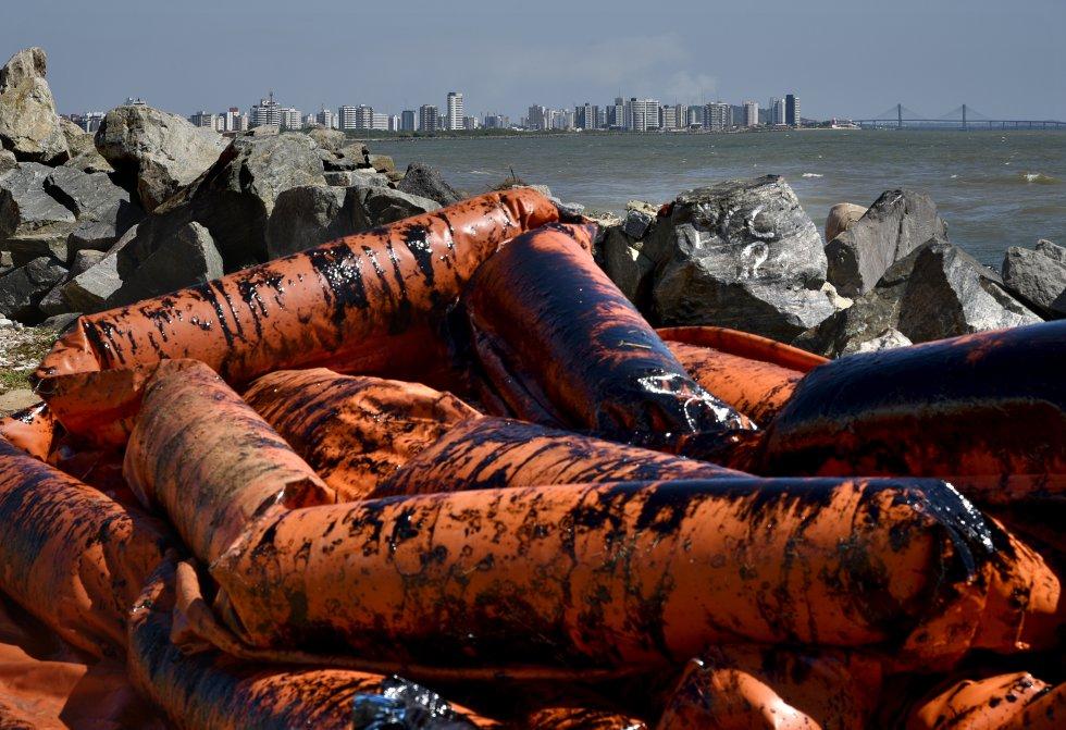 Redes de contenção do óleo levadas pela maré até as pedras da orla de Aracaju, uma das áreas mais atingida pelo óleo no estado de Sergipe.
