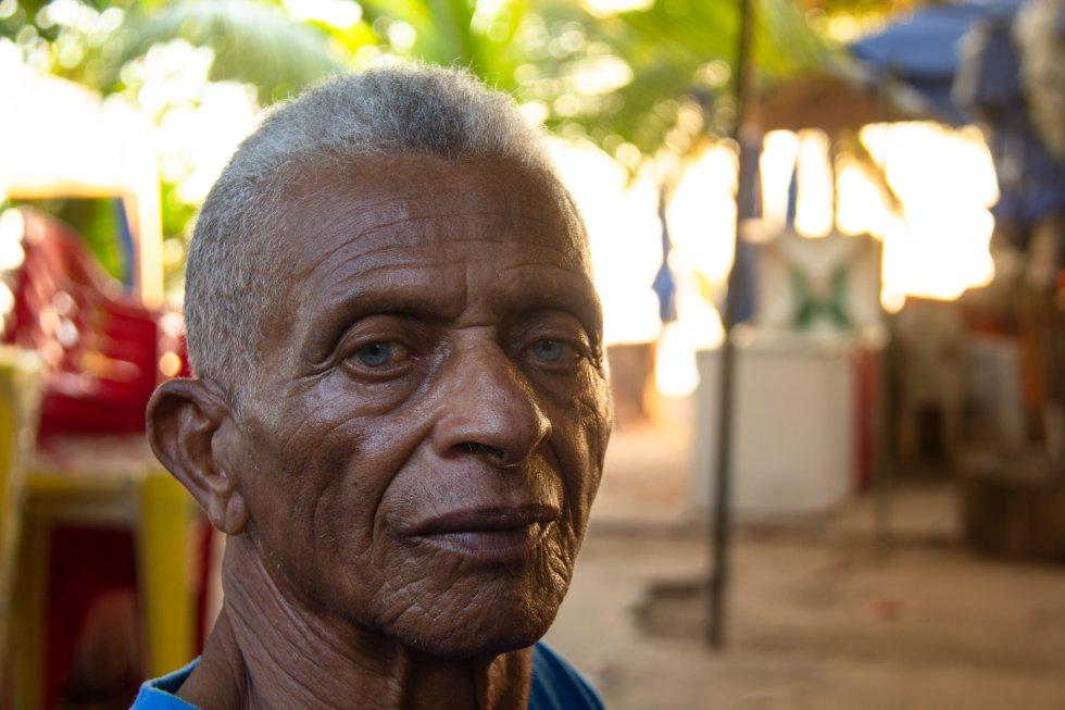 """Pai Velho, pescador na praia de Itapuã, Salvador, Bahia. Pescador desde os 10 anos de idade, ele conta: """"eu nunca vi quantidade de óleo como essa aí! O povo agora sente medo de comprar peixe"""". Ele diz que já sente o impacto nas vendas."""