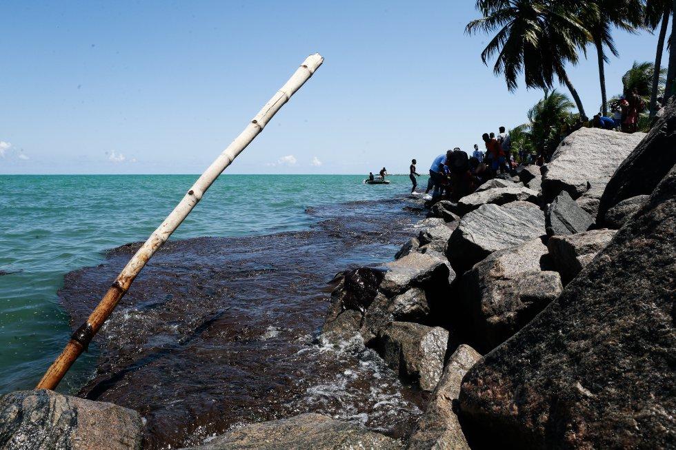 Gigante manta de óleo atinge o litoral norte do estado de Pernambuco na Praia do Janga, em Paulista.
