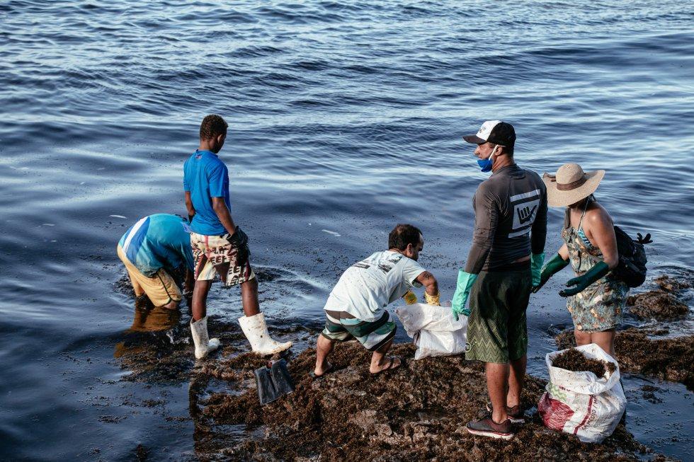 A retirada do óleo da costa do Nordeste é um esforço voluntário dos moradores das cidades costeiras. Praia de Itapoama, em Cabo de Santo Agostinho, Pernambuco.
