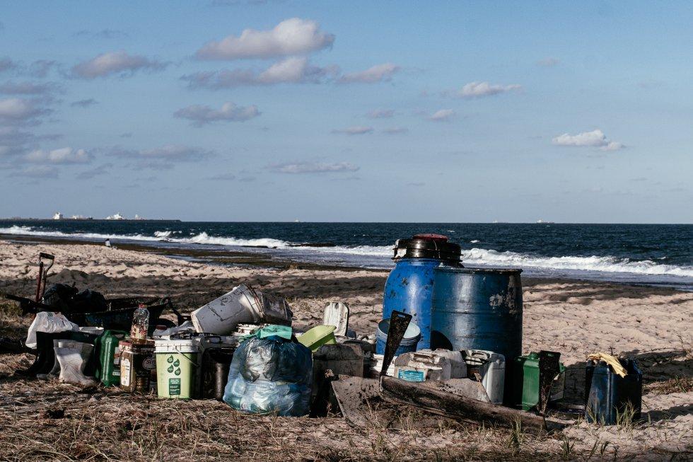 No improviso, qualquer recipiente é utilizado para armazenar o óleo retirado das praias pelos voluntários. Praia de Muro Alto, Ipojuca (Pernambuco).