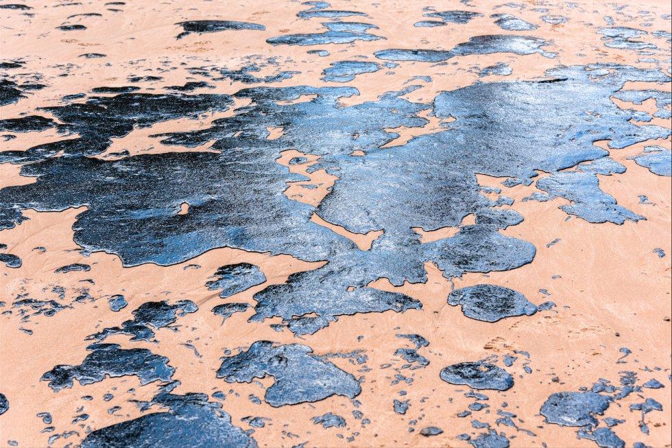 Na praia de Jauá, local de veraneio de muitos moradores da Região Metropolitana de Salvador, o óleo ocupa o espaço antes ocupado pelos banhistas. Camaçari, Bahia.