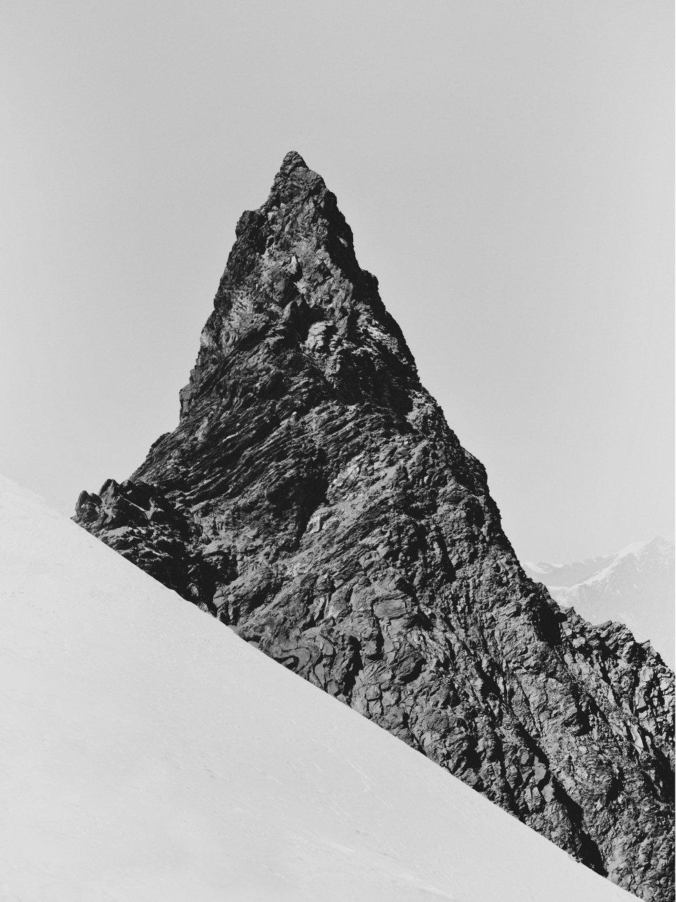 Quase nada prenunciava um romance entre minha vida - a de um fotógrafo bem casado e pai de quatro filhos - e a magia e o risco das altas montanhas. Mas o feitiço estourou na Tanzânia e se arrastou, já imparável, no Nepal. Na imagem Peak, um dos cumes atravessado por Woudt em sua jornada.