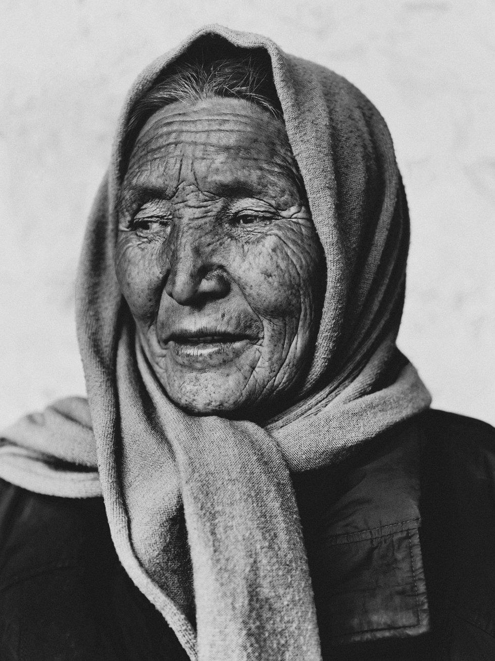 Os nepaleses com quem cruzamos, como esta anciã, ajudaram-nos a enfrentar as duras condições da expedição, levando-os a acolhê-los nas suas próprias casas com as suas famílias.