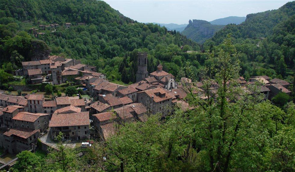 Rupit. Es tracta del paisatge típic de la vall del Collsacabra. Aquesta població de pedra conserva tot el seu encant medieval. Es tracta d'un municipi que, a més del nucli històric, té un conjunt de masies disseminades conegudes com la vila de Pruit. A més de les vistes espectaculars de les Guilleries, el Montseny i els cingles de Tavertet, l'avenc i el far. La monumentalitat històrica de la vall es veu coronada per l'església romànica de Sant Joan de Fàbregues. Si preferim un paratge natural, les tallants abruptes de la vall obren pas al salt d'aigua de Sallent, d'uns 100 metres d'alçada, i l'Agullola, el monument natural visible des de tota la cinglera.