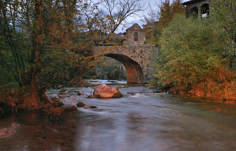 Bagà. Aquest municipi del Berguedà, situat a la vall del riu Bastareny, és un lloc de visita obligatòria del parc natural del Cadí-Moixeró. Als voltants del poble trobem un gran nombre de racons naturals, com les fonts de l'Adou i el Riugréixer o la fageda de Millarès. La vila de Bagà també presenta una gran riquesa arquitectònica, com l'església de Sant Esteve de Bagà o el seu pont romànic. La gastronomia és una de les seves singularitats. Durant el seu mercat medieval podrem tastar: allioli amb codony, truita de moixerons o escudella de blat de moro escairat.