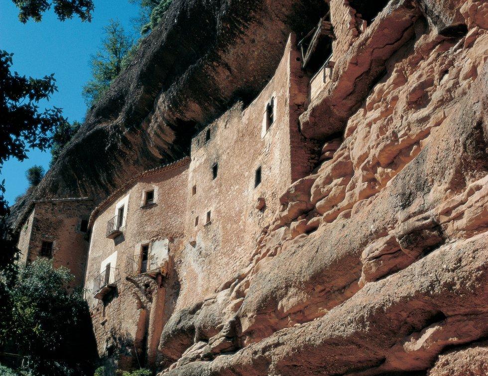 Mura. La població bagesana de Mura és un indret únic al parc natural de Sant Llorenç del Munt. El seu extens patrimoni compost per gorgs i fonts naturals encaixa amb la cultura rural de l'entorn. Destaca el Puig de la Balma. Es tracta d'una explotació agrària que data del segle XII. La construcció està adherida a la muntanya i la roca natural de l'indret forma part de la construcció agrícola. Si volem seguir la ruta romànica, és d'especial interès visitar l'ermita de Sant Antoni i l'església de Sant Martí de Mura.
