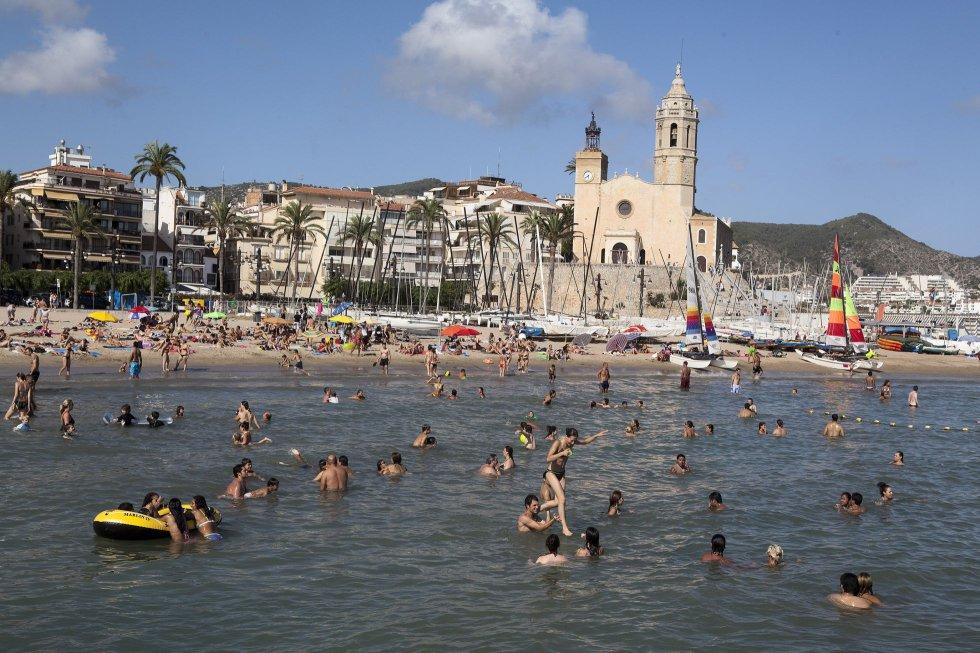 Fotos les 10 platges imprescindibles de barcelona actualidad el pa s - Fotos de sitges barcelona ...