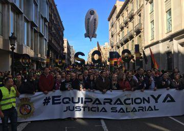 Policías y guardias civiles se manifestan en Barcelona por la equiparación con los cuerpos autonómicos