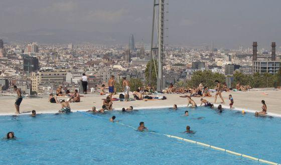 Las piscinas de barcelona son escasas y caras catalu a for Piscinas nudistas barcelona