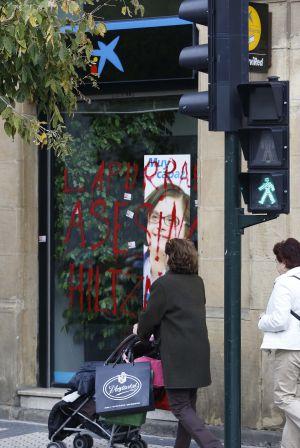 Varias sucursales amanecen con pintadas de asesinos tras for Buscador de sucursales galicia
