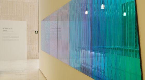 3359793902 Deuteroscopia, una obra de Sinaga en el MACA con cristales laminados que  cambian de color