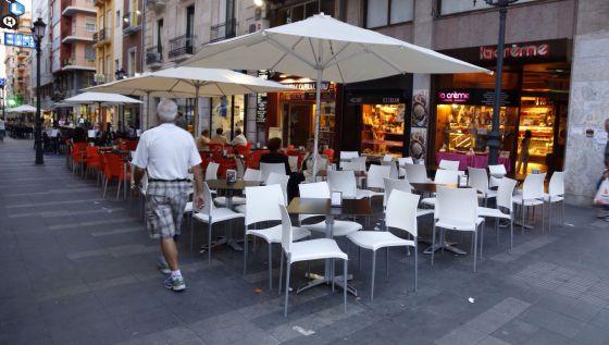 Las terrazas de los bares se adue an de las calles del - Centro negocios alicante ...