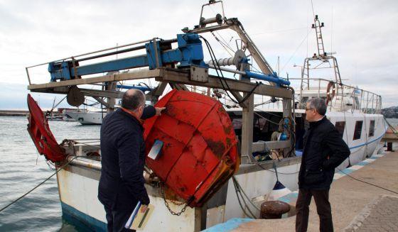 Las Barcas De Pesca De Gamba Dejar 225 N De Arar El Fondo