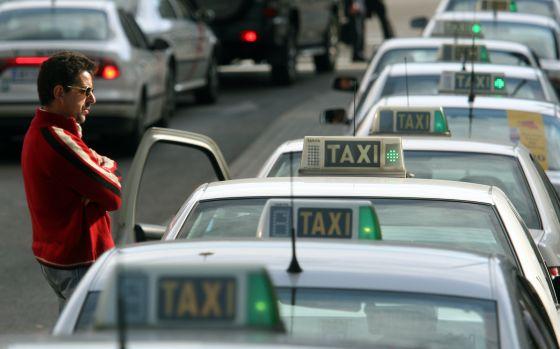 Los taxistas bajan las tarifas en plena guerra contra la aplicación Uber - EL PAÍS