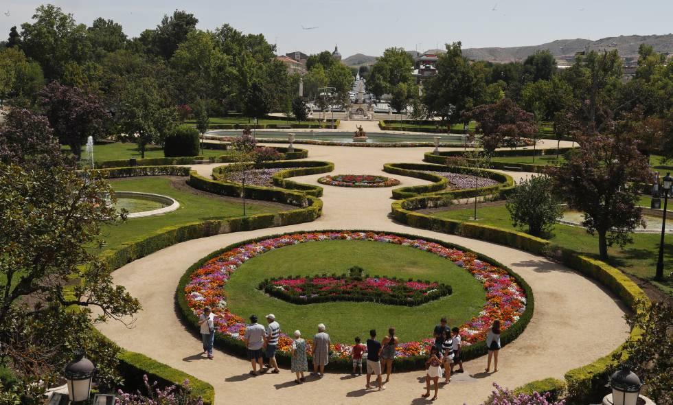 turistas en los jardines del palacio real de aranjuez