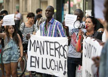 El fiscal pide expulsar de España al portavoz de los manteros de Barcelona por falsificar ropa