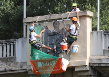 Retiran los símbolos franquistas del puente del Agua de Girona