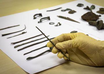 La Generalitat valenciana recupera 36 piezas expoliadas, entre ellas agujas y broches de hace 2.000 años