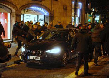 La protesta de los taxistas en Barcelona deriva en agresiones a conductores de VTC y periodistas