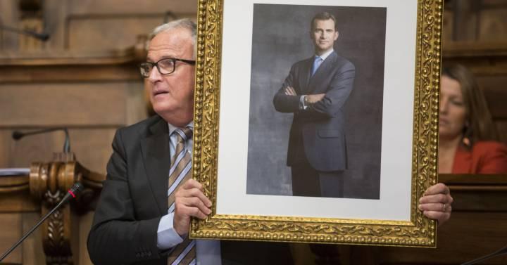 Colau vota en contra de la petición del PP de colgar la foto del Rey y el PSC a favor