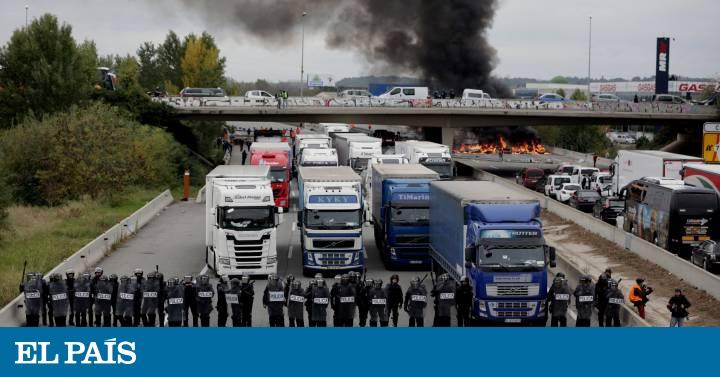 Decenas de persones mantienen cortada la AP-7 en Girona