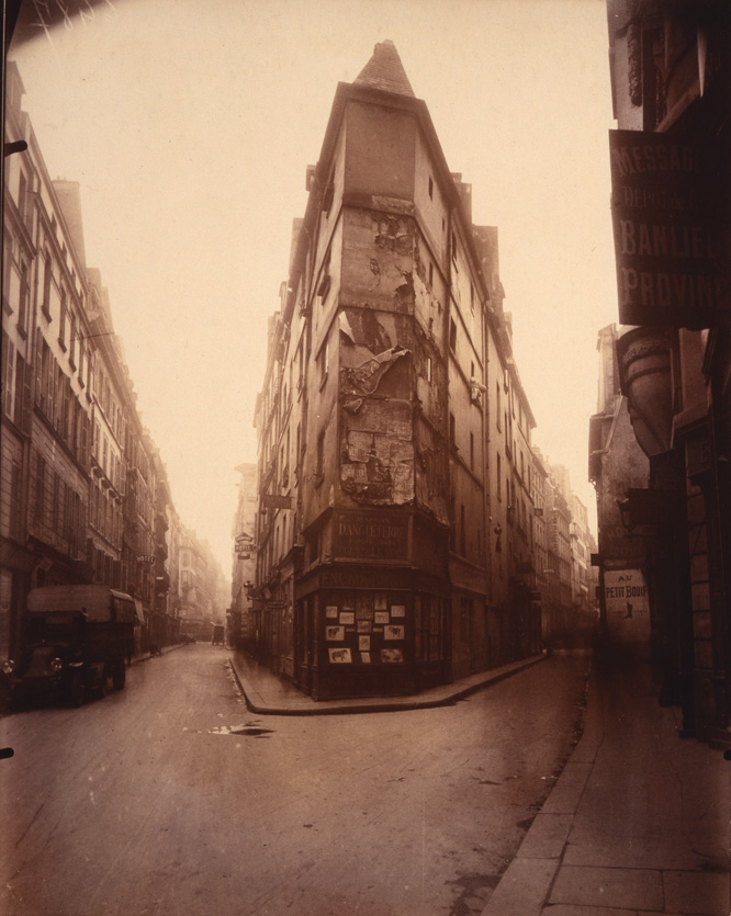 Esquina de la Rue de Seine, 1924. George Eastman House © Eugène Atget Álbum de Man Ray George Eastman House.