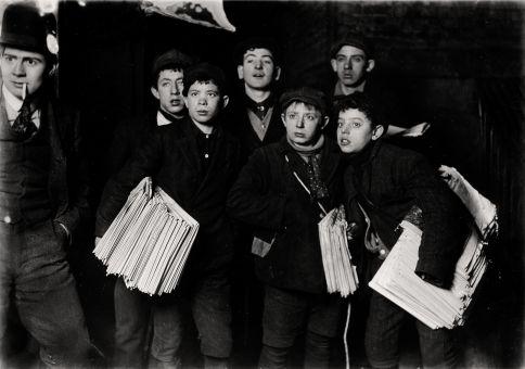 Los niños eran fáciles de reconocer por sus atuendos característicos: boinas, mejillas rosadas quemadas por el frío y un bolso cargado de periódicos.