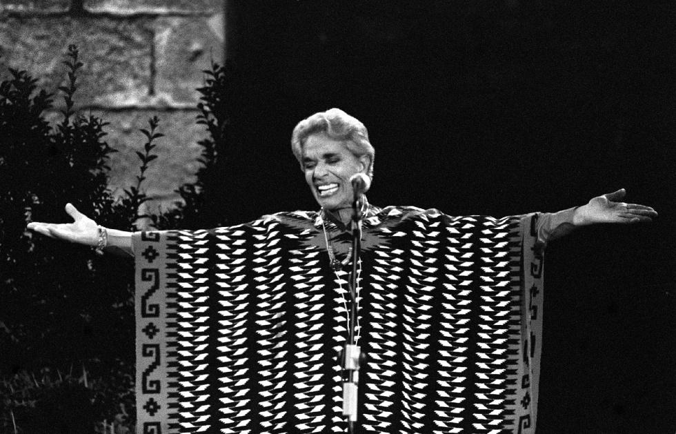 Chavela Vargas en la plaza del Rei de Barcelona, durante el Festival Grec de 1993.