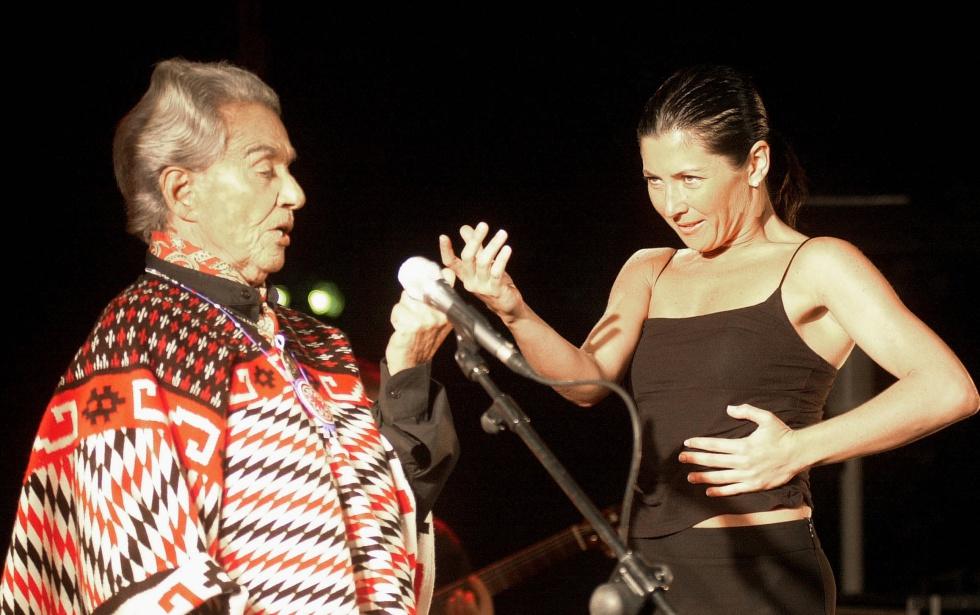 Chavela Vargas y la bailaora española Sara Baras, durante su interpretación en los jardines de la Huerta de San Vicente, residencia de verano del poeta Federico García Lorca, en Granada.