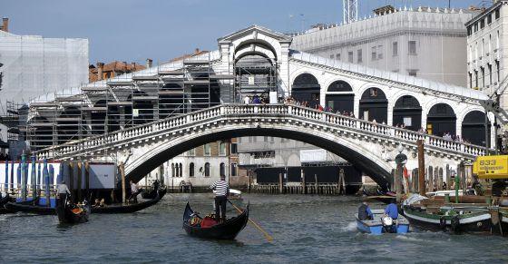 Multan a mochileros por preparar un café junto al puente Rialto en Venecia
