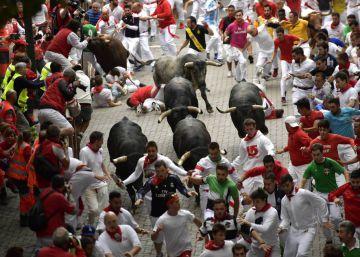 Último encierro de San Fermín: seis contusionados en una rápida carrera de los toros de Miura