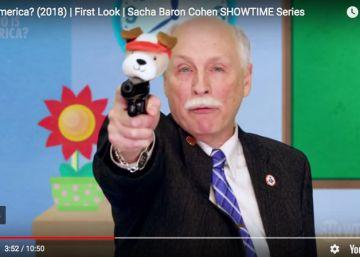 Baron Cohen ridiculiza en su nueva serie a los defensores de las armas