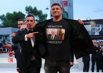 Un director se pasea por el festival de Venecia con una camiseta con el lema ?Weinstein es inocente?