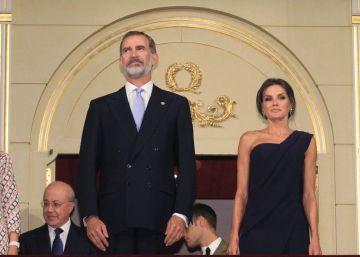 Abucheos en el Teatro Real al salir dos miembros del equipo de 'Faust' a saludar con lazos amarillos
