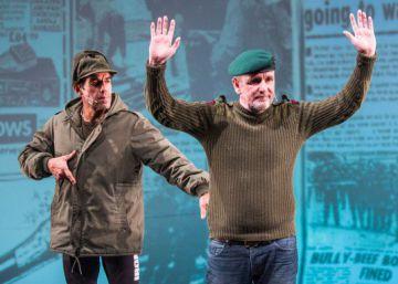 Veteranos argentinos y británicos de las Malvinas se reconcilian en el teatro