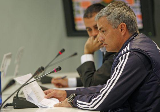 b45e3cc006 Mourinho, con la lista de canteranos que leyó ayer en la sala de prensa.