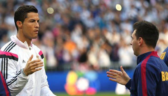 Cristiano y Messi se saludan en el clásico del Bernabéu el curso pasado. 2c530f5ca1ed0