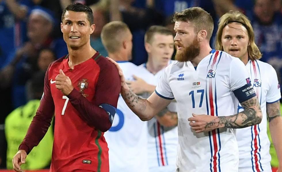 Gunnarsson (d) habla con Cristiano Ronaldo al final del partido. 795826c45c991