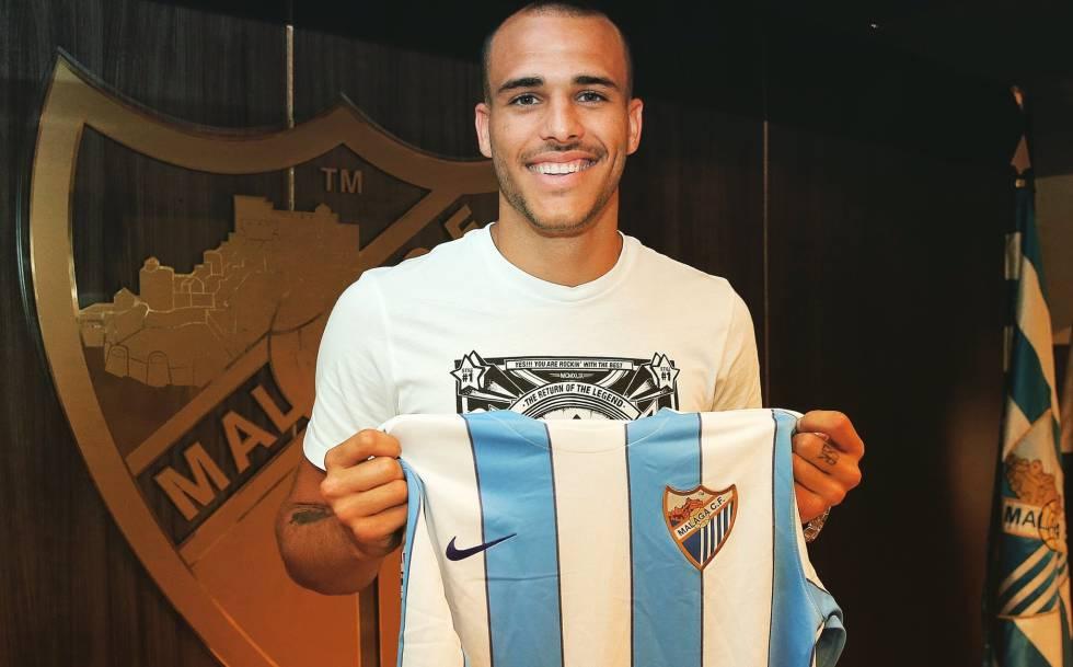 Sandro posa con la camiseta del Málaga. 10065464df01d