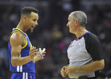 50.000 dólares de multa a Stephen Curry por lanzar su protector bucal