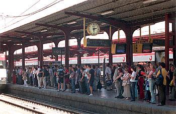 Viajeros Esperando El Tren De Cercanias En La Estacion De Alcala De