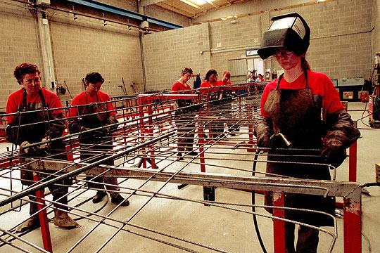 Resultado de imagen de mujeres trabajando en fabricas