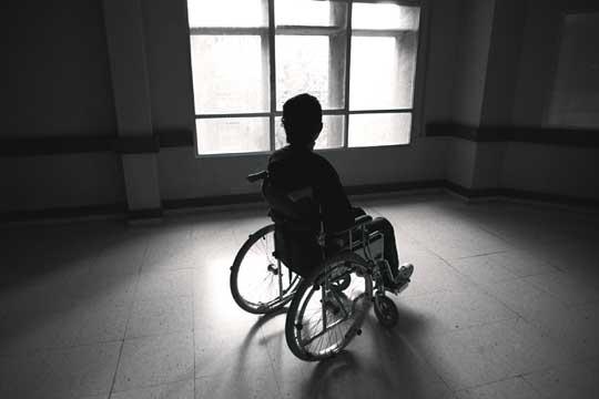 Una persona en una silla de ruedas en el hospital de toledo edici n impresa el pa s - Tamano silla de ruedas ...
