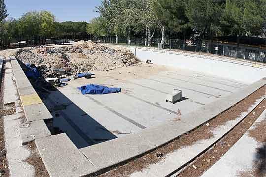 Obras en la piscina del polideportivo de la calle del for Piscina puerta del hierro