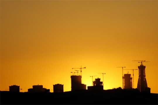 Silueta de madrid al atardecer con las cuatro torres en - Empresas de construccion madrid ...
